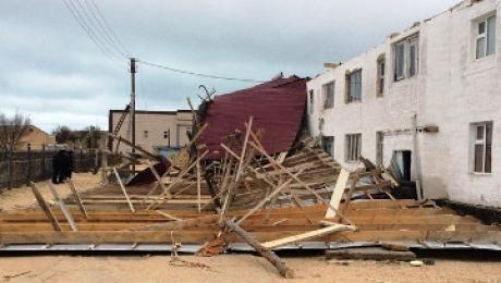 В Мангистауской области начали восстанавливать сорванную крышу многоквартирного дома