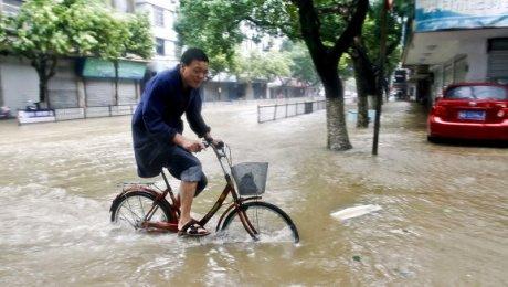 ВКитайской республике в итоге проливных дождей погибли неменее 100 человек