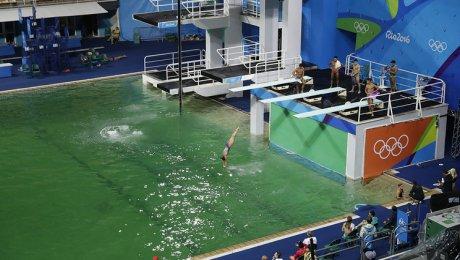 Цвет воды вбассейне для прыжков свышки сменился назеленый