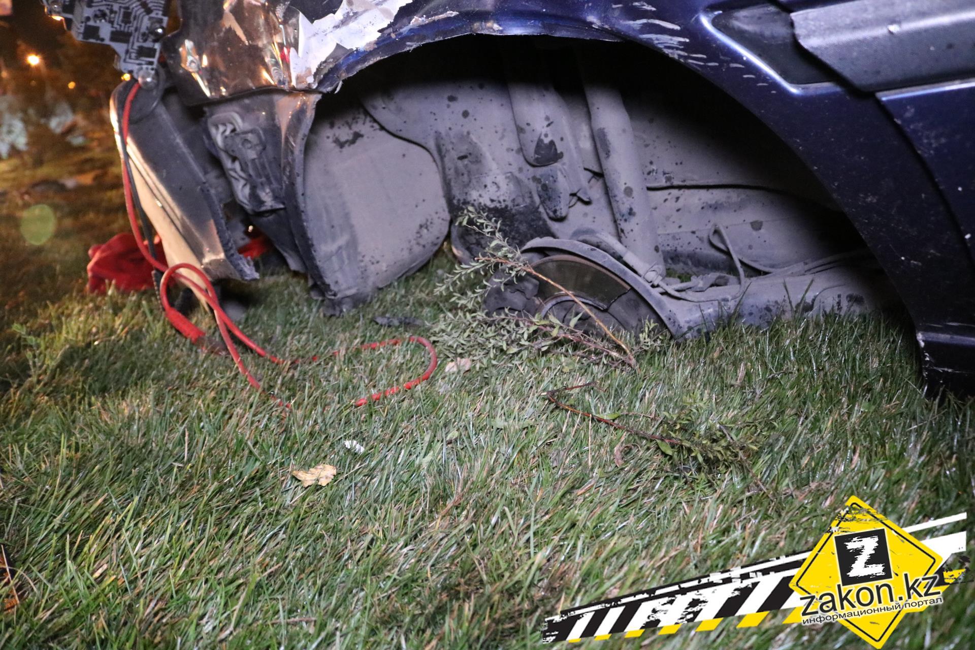 Наодном изпроспектов Алматы девушка наавтомобиле вылетела варык