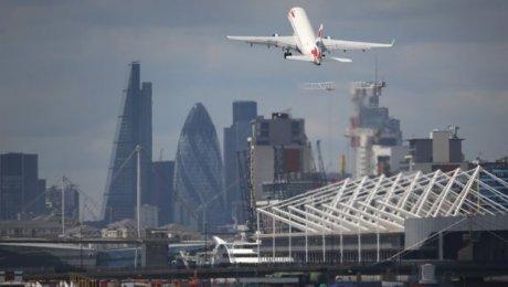 Лондонский аэропорт Сити задержал вылеты из-за протестующих наВПП