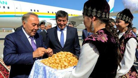 Президент Таджикистана Эмомали Рахмон поздравил Президента Алмазбека Атамбаева сднем рождения