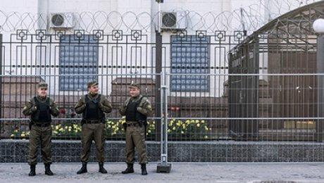 ВКиеве неизвестные атаковали посольство РФ фейерверками