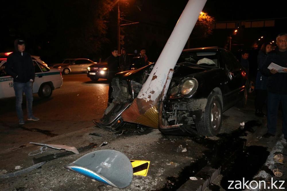 Mercedes согнул мачту светофора врезультате происшествия надороге вАлматы