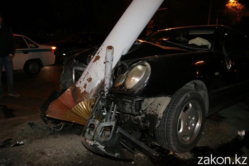 ВАлматы Mercedes согнул опору светофора