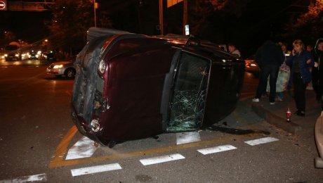 Из-за неработающего светофора столкнулись две машины вАлматы