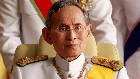 Граждане Таиланда молятся заздоровье короля
