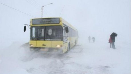 Cотрудники экстренных служб эвакуировали неменее 120 человек изсломавшихся натрассах автобусов