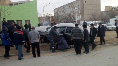 ВАктау юного мужчину автомобиль протащил вподкапотном пространстве поасфальту