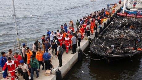 Неменее 20 человек погибли после пожара напароме около Джакарты
