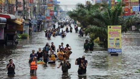 Туристы острова Самуи стали заложниками стихии— Наводнение вТайланде