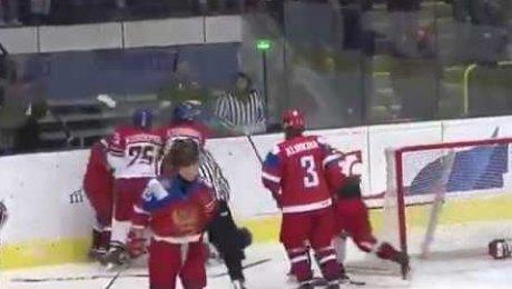 У девушек зачесались кулаки! Драка хоккеисток Российской Федерации иЧехии