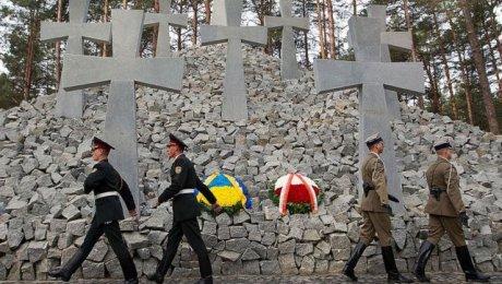 НаКиевщине вандалы осквернили украинский ипольский мемориалы жертвам НКВД