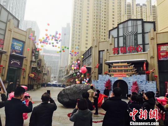 Китаец преподнес девушке вместе собручальным кольцом метеорит весом 33 тонны