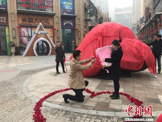 Китаец подарил невесте булыжник за160 тыс. долларов