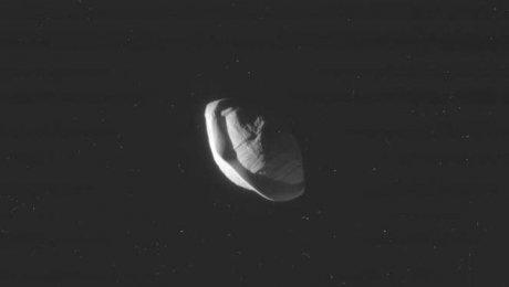 Вокруг Сатурна летает огромный пельмень— Шокирующие кадры NASA