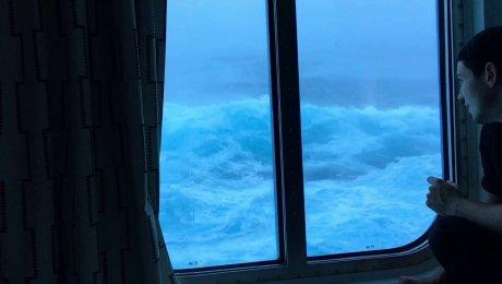 Волна накрывает круизный лайнер