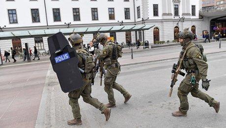 Вцентре Стокгольма фургон врезался втолпу