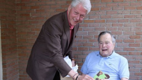 Билл Клинтон навестил Джорджа Буша-старшего иподарил ему носки