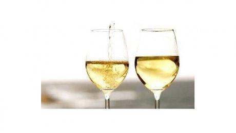Ученые узнали, чем опасно белое вино для женщин