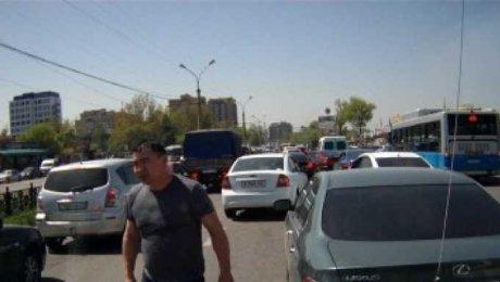 Водитель Lexus устроил разборки в Алматы прямо на дороге