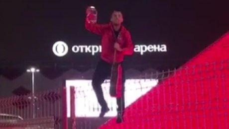 Капитан «Спартака» отпраздновал чемпионство песней назаборе у«Открытие-Арены»