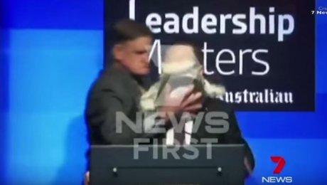 ВАвстралии неизвестный размазал торт полицу руководителя авиакомпании Qantas