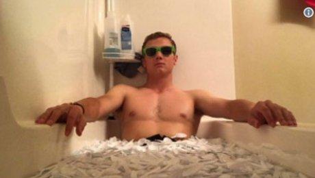 Американский школьник наполнил ванну пол ...