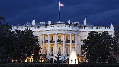 СМИ увидели особые красные вспышки вокнах Белого дома