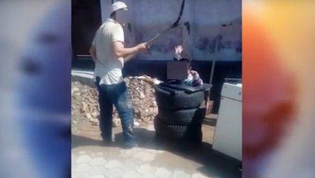 Житель Шымкента объяснил, почему избил лопатой сына