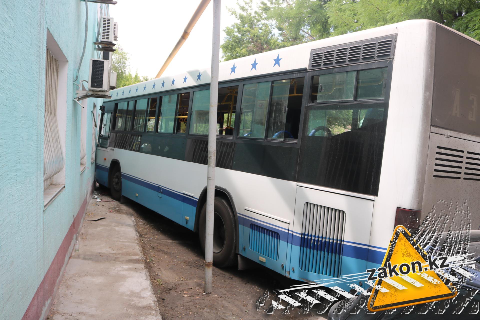 ВАлматы пытаются выяснить количество пострадавших вДТП с 2-мя автобусами