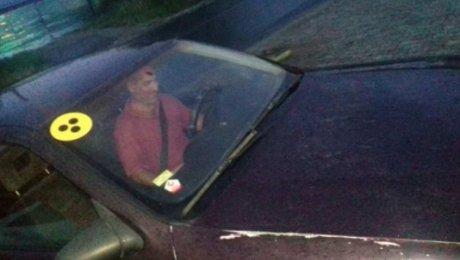 Глухонемой водитель такси возит пассажиров бесплатно в Шымкенте