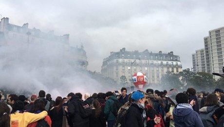 Демонстрация встолице франции  набирает обороты: против митингующих применили слезоточивый газ