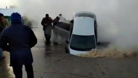 ВПетропавловске под асфальт провалились два автомобиля