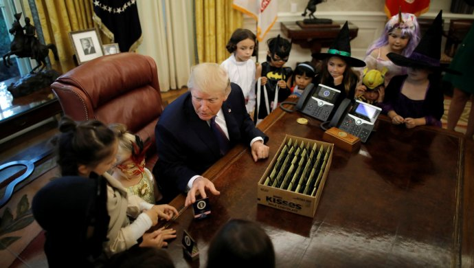 Меланию Трамп напугал динозавр вБелом доме наХэллоуин