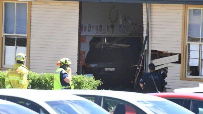ВАвстралии автомобиль въехал в строение школы
