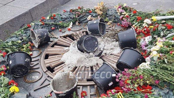 Вандалы залили цементом Вечный огонь в Киеве - Еспресо