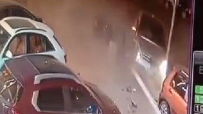 ВКитайской народной республике мужчина занесколько секунд два раза избежал смерти