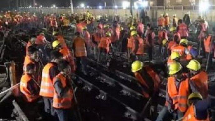 В КНР рабочие всего заночь построили железнодорожную развязку