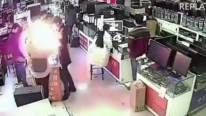 Покупатель укусил iPhone— гаджет взорвался