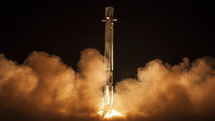 ВСША запустили ракету Falcon 9 соспутником связи