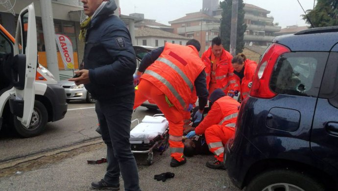Витальянском городе изокна автомобиля расстреляли шестерых африканцев