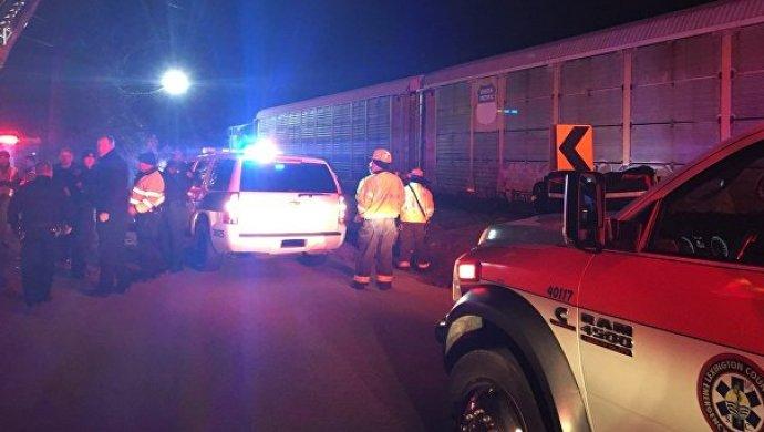 Столкновение пассажирского и грузового поездов в США: есть жертвы