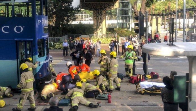 Двухэтажный автобус спассажирами перевернулся вГонконге: десятки жертв