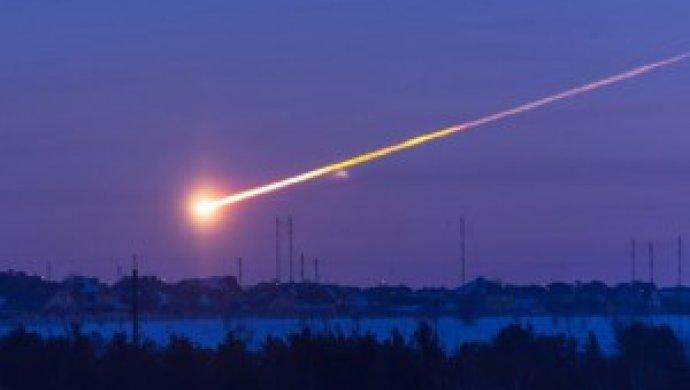 Очевидцы засняли огненный метеор внебе над Екатеринбургом