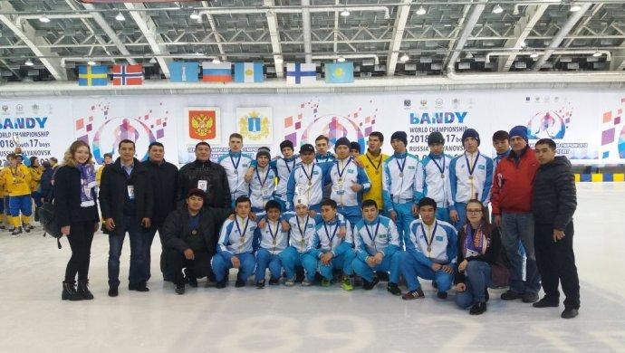 Сборная Российской Федерации похоккею смячом вышла вфинал юношескогоЧМ