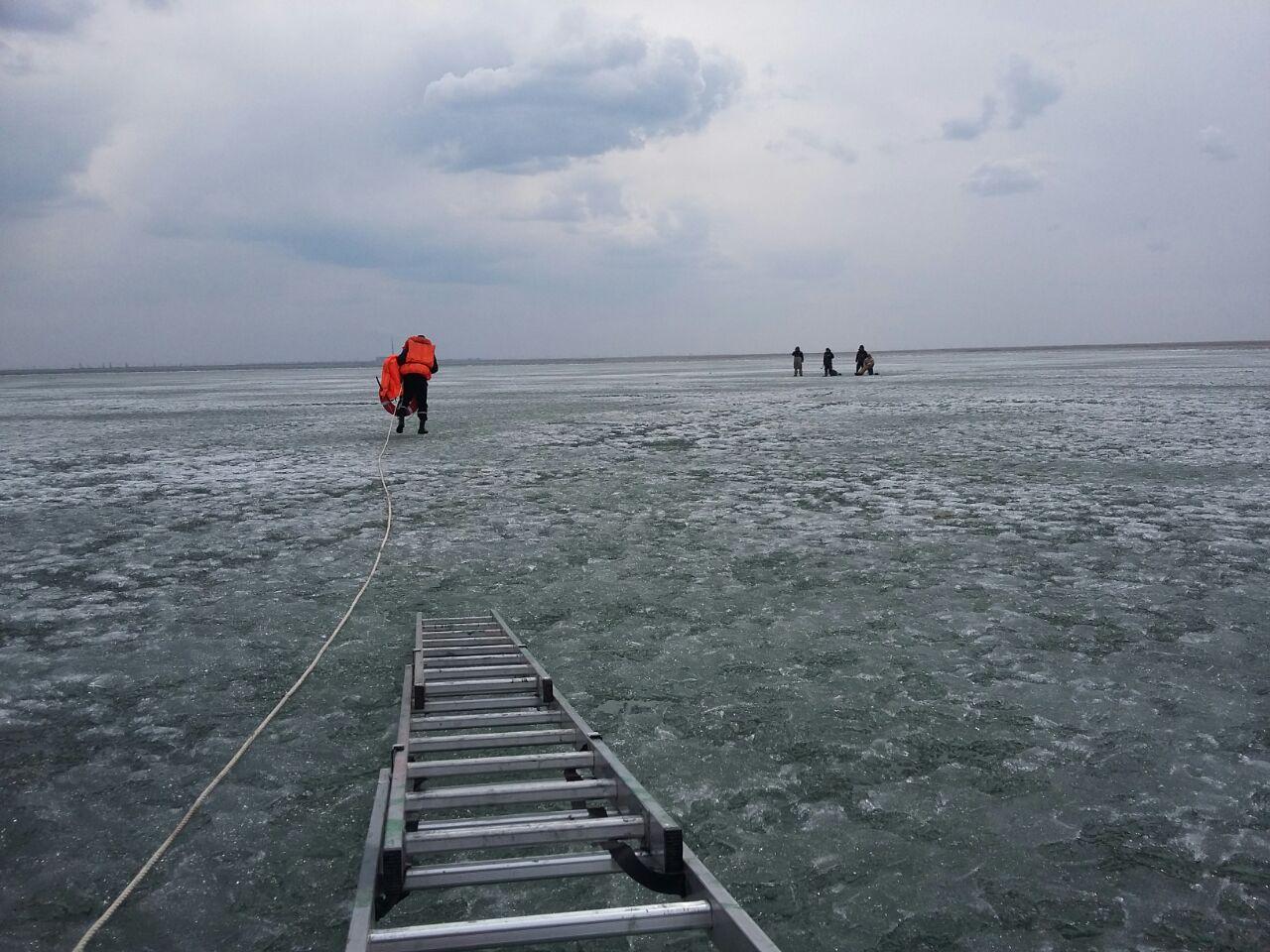 ВПавлодарской области рыболовы едва непогибли нальдине