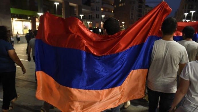 ВЕреване противники премьера Саргсяна вторглись в сооружение публичного радио
