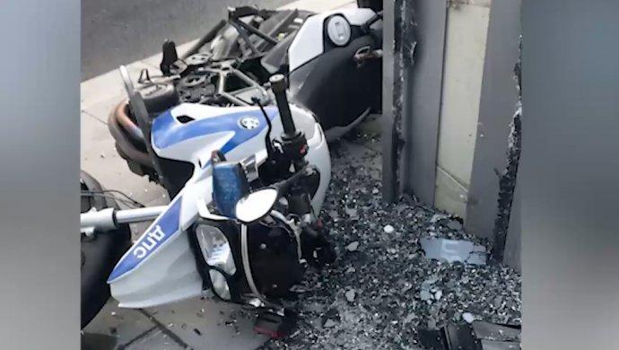 Автомобиль сбил полицейских намотоциклах вцентре столицы