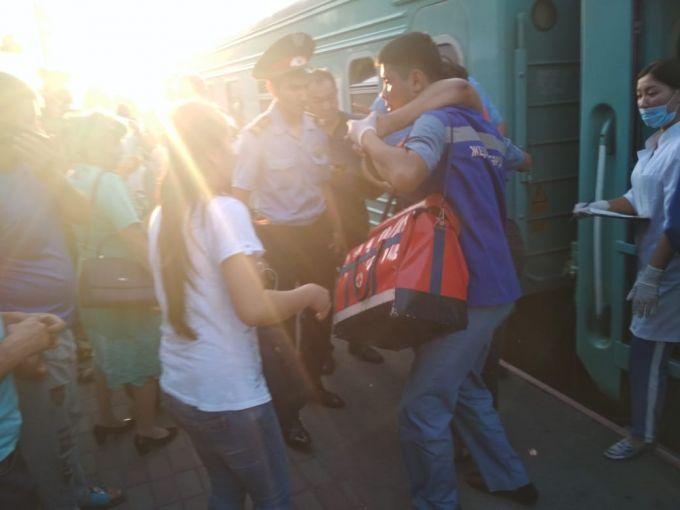Мужчины разбивали стекла, вытаскивали детей, - пассажиры о крушении поезда